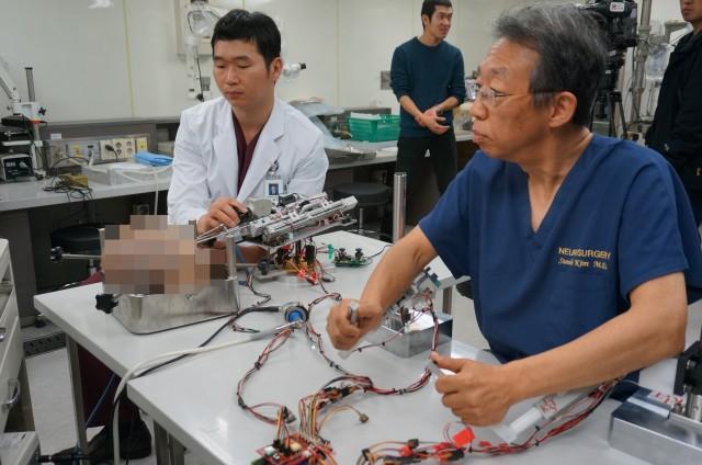 미세수술로봇을 콧속으로 집어넣어 시상하부 인간 종양제거 시뮬레이션을 수행한 김선호 연세대 의과대 신경외과 교수 - 이우상 기자 idol@donga.com 제공